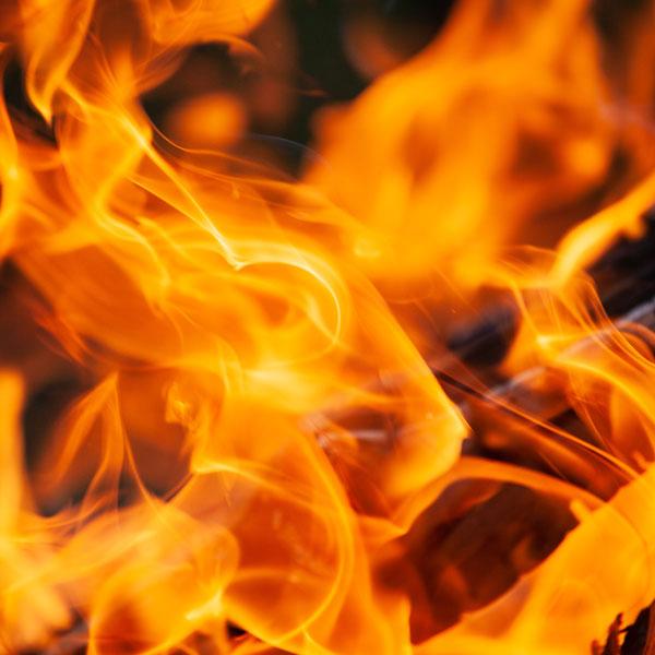 Ein wärmendes Feuer in deiner Feuersäule wird schnell zum Mittelpunkt deiner Gartenparty.